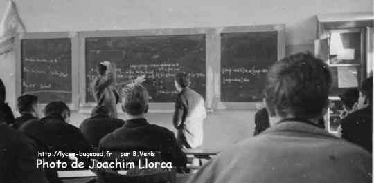 ENSI1A: photo en classe de maths, le prof : Pouget (a l'air en difficultés) 1959/60.
